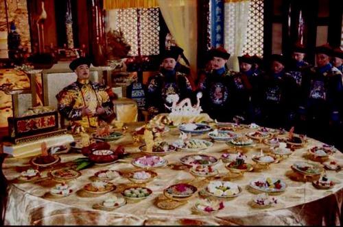 황제의 식사때 독살을 방지하지 위한 조치는?